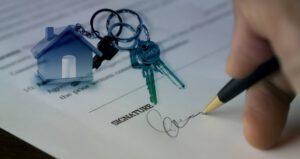 Vertrag unterschreiben mit Schluesselbund